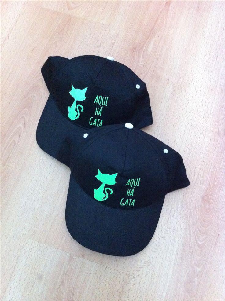 Boné - Boné preto com estampagem em verde. Tamanho único, com fecho regulável em felcro. 100% algodão