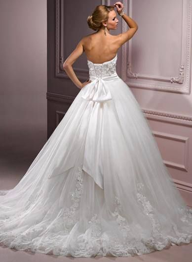 The back is so amazing & full it's a very pretty ball gown wedding dress