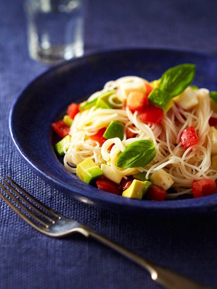 これからの季節にうれしい、目からウロコの米麺カッペリーニ。ビーフンは時間がたっても伸びることがなく、アルデンテの歯ごたえを長く楽しむことができる。監修:エリカ・アンギャル レシピ制作協力:あまこようこ|『ELLE a table』はおしゃれで簡単なレシピが満載!