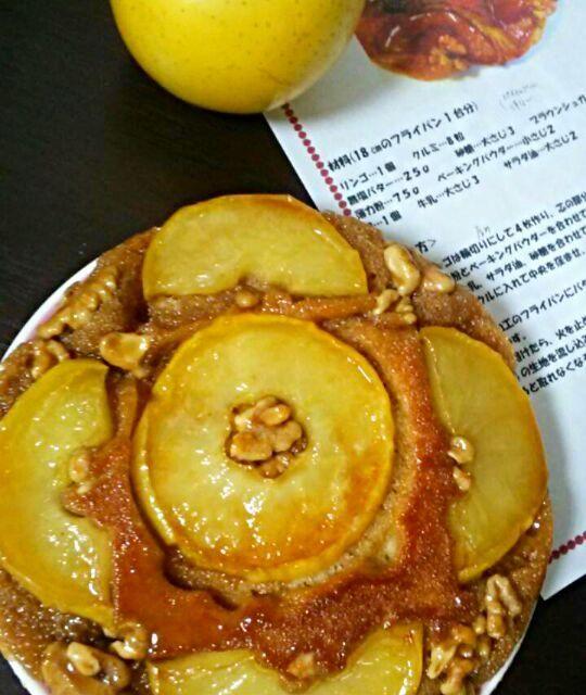 フライパンで、林檎のタルトタタン風ケーキを作りました。  今朝は、小麦粉使わず、全粒粉で田舎風に仕上がり素朴な味わいです。 リンゴと胡桃がよく合います♪  材料が揃ったら、12分弱火で焼き上がります。(≧∇≦)  きょうは、息子の遅めの朝ごはんに作りました。が、しょっぱいものが食べたいと言われショック~(>_<) - 183件のもぐもぐ - フライパンで、タルトタタン風ケーキ♪ by yukikimu0721