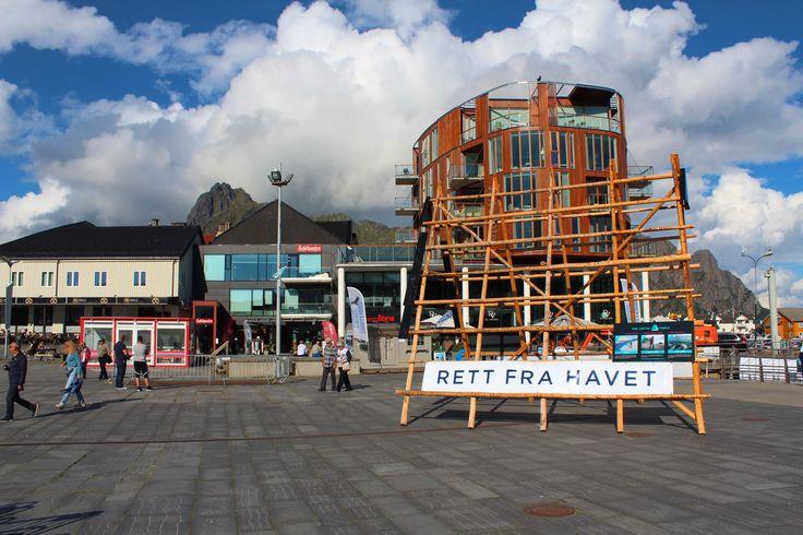 Der Marktplatz in Svolvaer auf den Lofoten - Hier haben wir bei unserer Rundreise durch Skandinavien gehalten.  #Norwegen #Rundreise #Skandinavin #LandundLeute