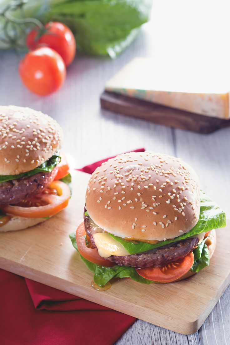 Un semplice #burger accompagnato da una deliziosa #maionese di #soia: una vera bontà! #Giallozafferano #recipe #ricetta #hamburger #streetfood