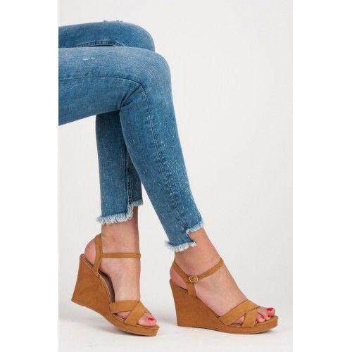 Dámské sandály na klínku Upmer hnědé – hnědá Pestrá barva a neobvyklý střih jsou to, co potřebujete. Dámské sandály na klínku vám nabízí vše, co v létě oceníte. Nohy se vám nebudou nikde zapařovat, ale …