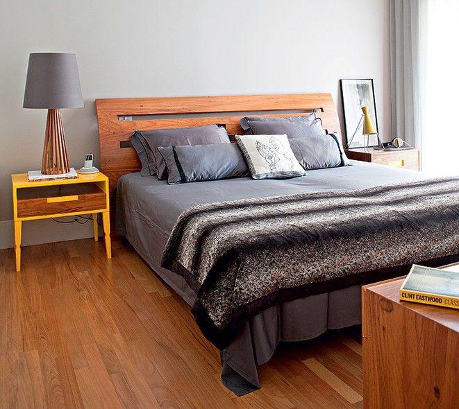 O proprietário, o publicitário Rafael Carmineti, contou com o trabalho das arquitetas Gabriela Marques e Claudia Tiezzi na reforma e na decoração do apartamento de 223 m². No quarto, a cama tem cabeceira e criados-mudos de freijó