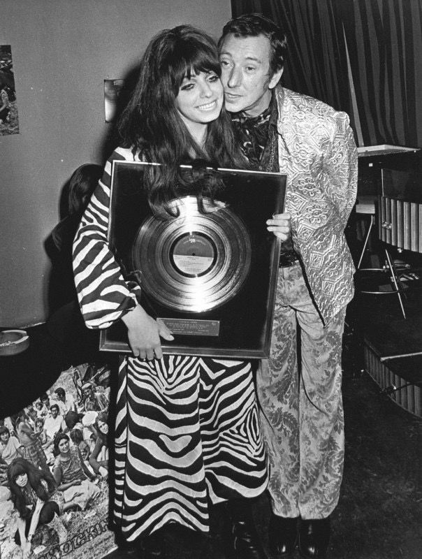 2 september 1970: Cabaretier-schrijver Albert Mol omhelst Mariska, de zangeres van de Haagse popgroep Shocking Blue. Albert Mol mocht aan Shocking Blue een platina plaat voor de verkoop van 5.000.000 exemplaren van 'Venus' aanbieden en een gouden plaat voor de lp 'At home'.