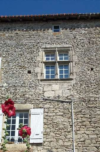Château de Champagne-Mouton, 1° corps de logis, façade extérieure, fenêtre à meneaux.