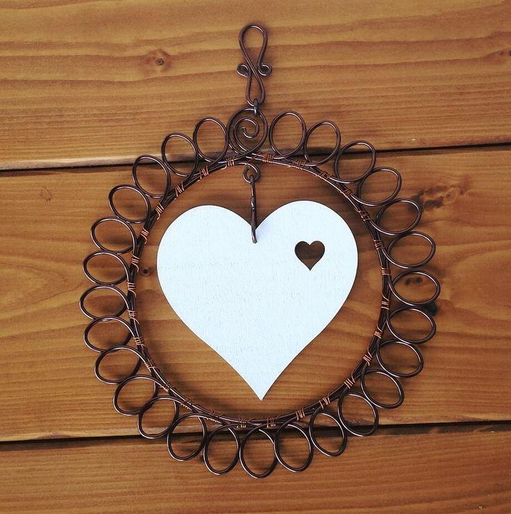 Závěsná dekorace Závěs je vyrobený z hnědého drátu a ozdoben bílým dřevěným srdcem. Průměr 18cm.