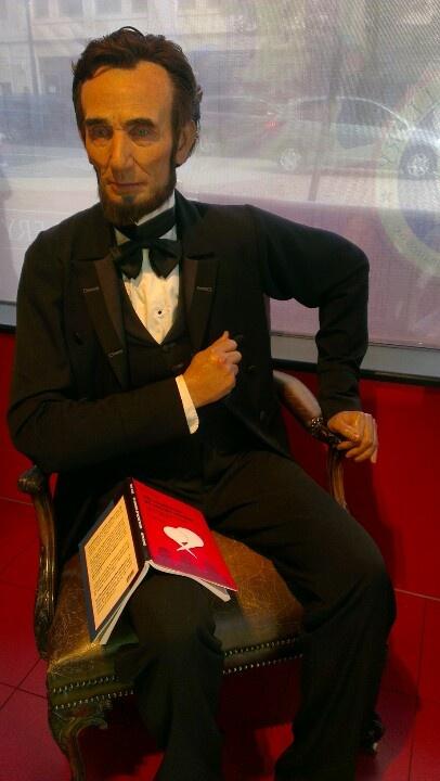 Indrømmet. Abraham Lincoln, USA's 16. præsident, har IKKE læst min bog, men inspireret og inspirerende var han. Han udviklede det republikanske parti og samarbejdede med demokraterne. Han holdt og skrev store taler, gik ind for oplysning og progressiv udvikling. Og endelig var han stærkt medvirkende til ophævelse af slaveriet.