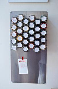 Instala un estante magnético para especias si tienes poco espacio en la alacena.   27 soluciones geniales para tus problemas en la cocina