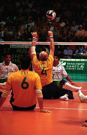 El VOLEIBOL SENTADO, es practicado por personas que sufren una discapacidad física y/o psíquica. En el año 1980 se incorpora como deporte paralimpico.