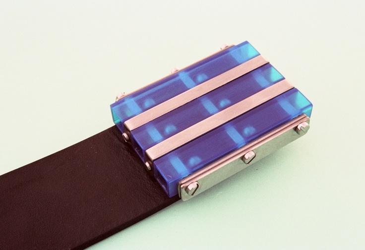 Ocelové kuličky se při nošení volně pohybují ve sponě a tvoří tak akustický a kinetický efekt. Modrý polykarbonát navíc svítí na UV záření.