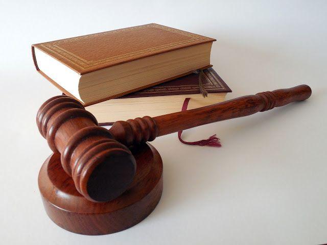 Martillo De Juez Y Libro De Ley Dia De Los Abogados Abogados Derecho A La Educacion