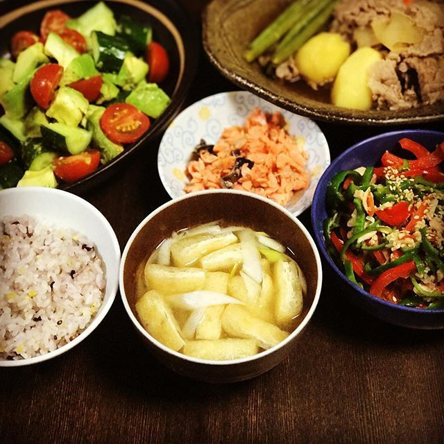 今日の晩御飯は #肉じゃが #無限ピーマン  #アボカドサラダ 🥑 #ほぐし鮭 #十六穀米 #ネギと油揚げの味噌汁  #男子ごはん