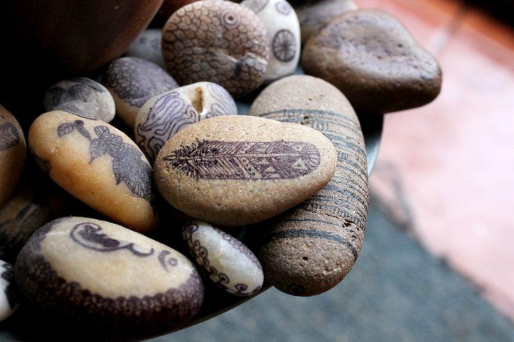 Piedras de rio, recogidas y dibujadas. Son parte de mi mesa de centro :)
