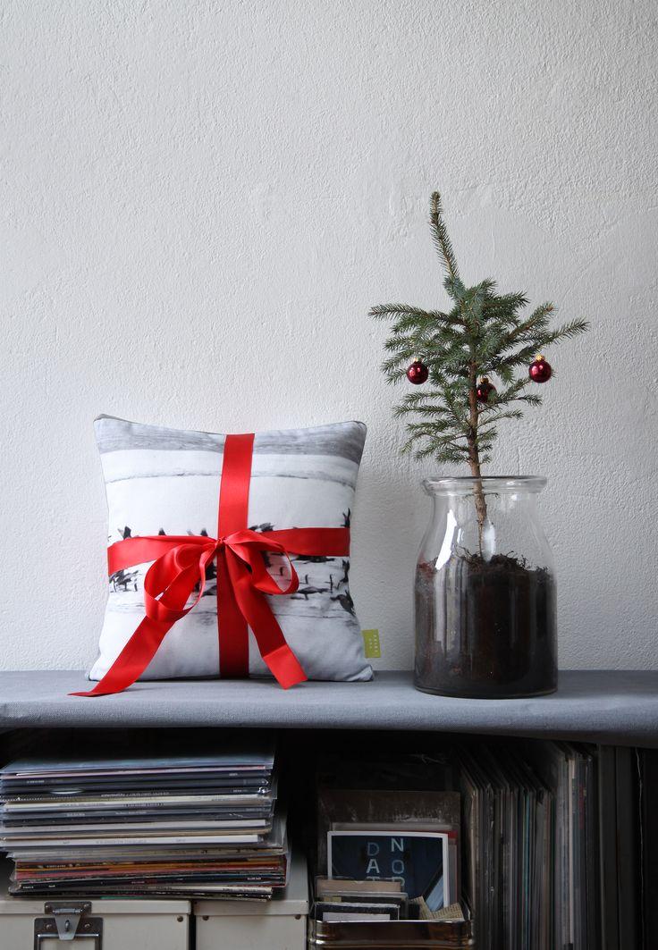 Hübsch eingepackte Geschenke mögen wir alle gerne. Hier braucht es nur eine schöne rote Satin Schleife zu einer schönen, textilen Geschenk-Überraschung. #present #gift #christmas #idea #love #cushion #surprise #beauty #idee #weihnachten #geschenk