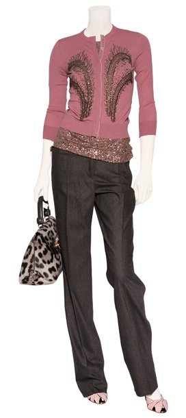 Cardigan de cashmere bordado en color malva, top color bronce de DKNY, bolso animal print Salvatore Ferragamo, pantalón de vestir en gris oscuro Salvatore Ferragamo y sandalias de piel en color rosa Vionet.