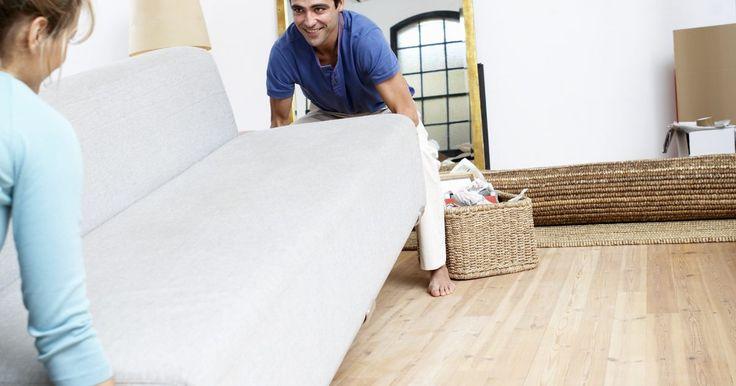 Quanto tecido é necessário para uma capa de sofá?. As capas dão uma renovada no visual dos sofás, cobrindo as manchas ou escondendo desgastes e rasgos, transformando seu móvel antigo e surrado em uma versão mais encantadora. Fica muito mais barato colocar uma capa do que comprar um sofá novo. Determinar quanto tecido será necessário para fazer uma capa é apenas parte do desafio. Use as dicas para ...