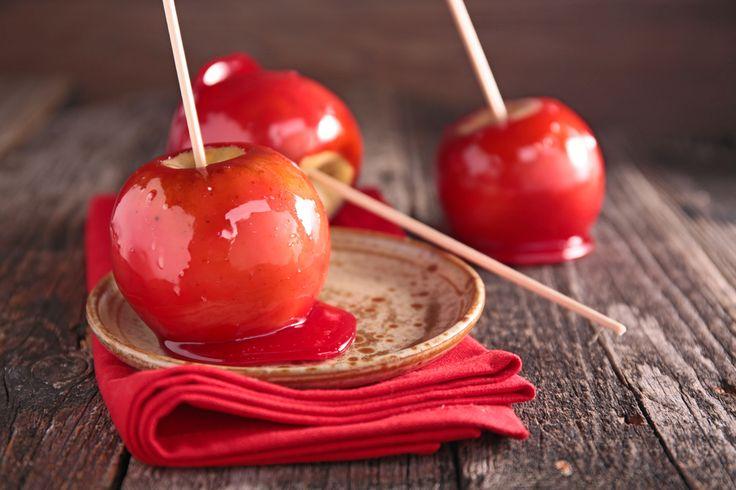 Manzanas frescas cubiertas de un caramelo súper básico, de azúcar refinada con un toque de colorante rojo. Fáciles de preparar, estoy segura que a tus hijos les encantarán.