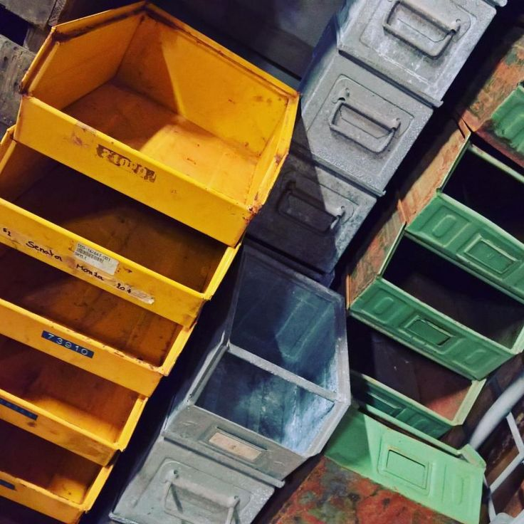 Yellow, Green & Grey! Industriele opbergers, metaal en handig te stapelen.