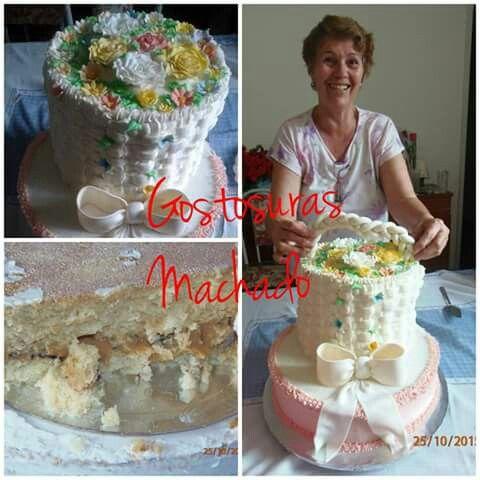 Bolo de baunilha com 3 andares recheado de nozes decorado com flores e laço. Cobertura de chantilly com o bico cesta para festa de aniversário feminino