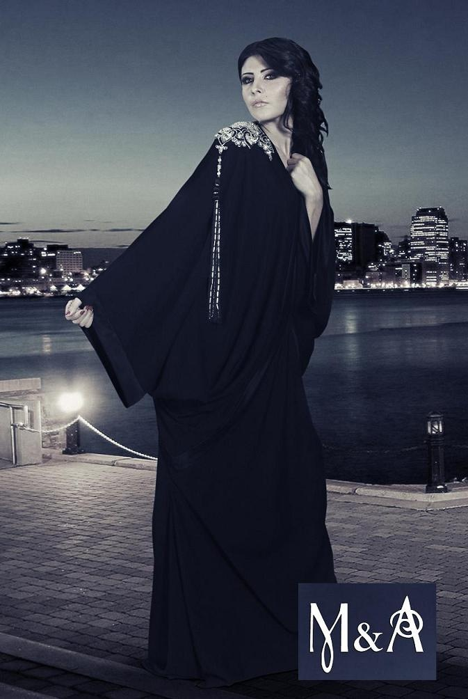 Love the design on the shoulder... Very unique abaya!