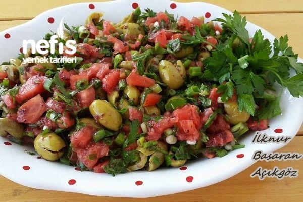 Akdeniz (Yeşil Zeytin) Salatası Tarifi nasıl yapılır? 590 kişinin defterindeki bu tarifin resimli anlatımı ve deneyenlerin fotoğrafları burada. Yazar: İlknur Başaran Açıkgöz (Yetenekli Hamarat Kadınlar Kulübü (grup)