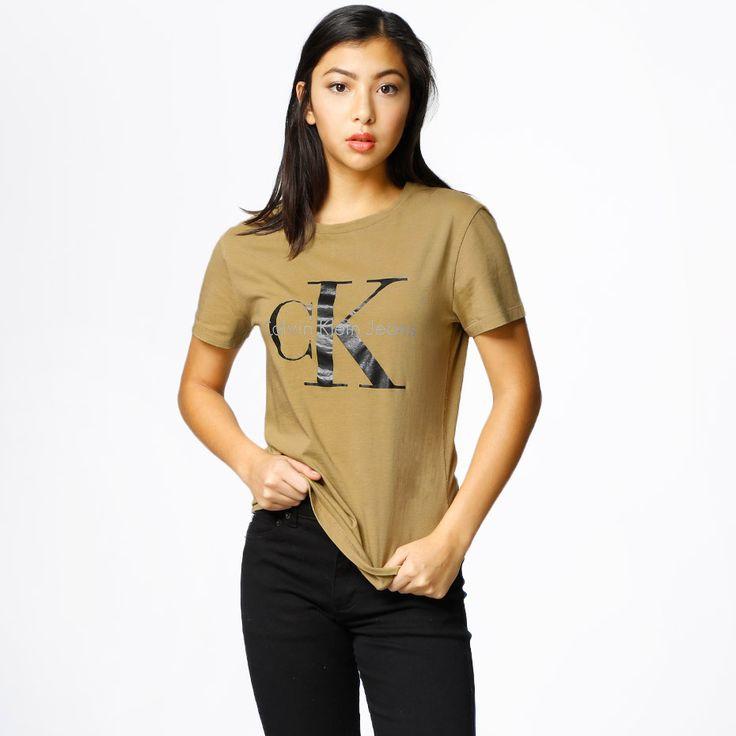T-Shirt från Calvin Klein Jeans. Material: 100% Bomull. Modellen är 168 cm och är fotad i S.