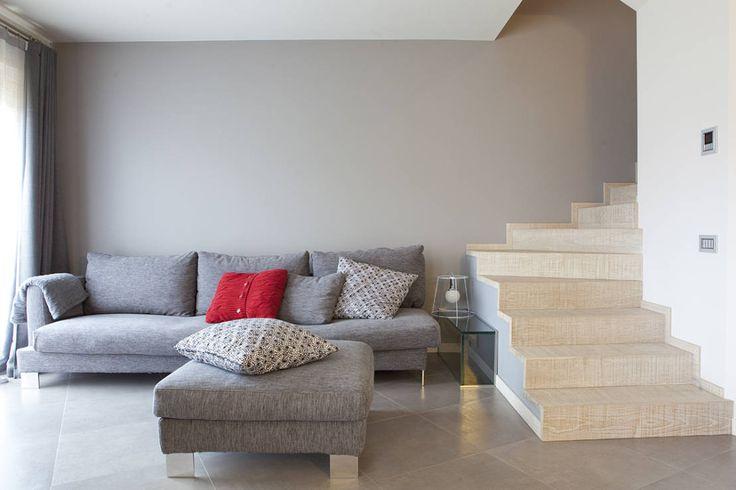 Rovere sbiancato per scale e top cucina : Ingresso, Corridoio & Scale in stile minimalista di Semplicemente Legno