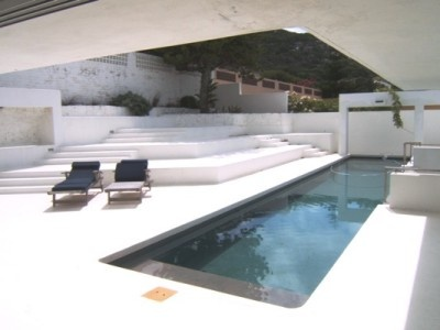 Panoramic views at it's best. This magnificent modern home boasts clean lines, chic design and possibly the best views in Simon's Town. Sliding doors open onto the swimming pool area. Sheltered braai area and pizza oven. Modern kitchen which includes a stainless steel oven. Generous size bedrooms. Double garaging and staff shower.