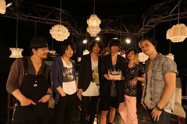 [Champagne]2013年6月22日 「Welcome! [Champagne]」仲間に誕生日を祝われ笑顔を浮かべる川上洋平