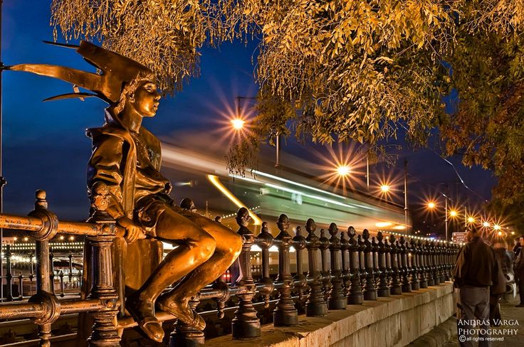 A Kiskirálylányt, a Duna-korzó korlátján ücsörgő szobor eredeti, 50 cm-es kisplasztikáját 1972-ben készítette Marton László (1925-2008) Munkácsy- és Kossuth-díjas szobrászművész. E szobor nagyobb méretben 1990-ben került a Duna-korzóra.