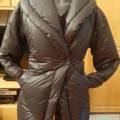 Damen Jacke Designer Daunen Winter Jacke Gr.36 in Grau von Sandwich Es ist eine wunderschöne Longjacke in Luxus - Qualität, hochwertige Verarbeitung, strapazierfähige Stepp Nähte. Bequem und warm. Ideale Länge. Sieht schön aus. Sehr elegantes Modell. Der Oberstoff leicht glänzend, Wind und Wassedicht. Diese teuere Longjacke verwöhnt Sie mit Soft Obermaterial und warmem kuscheligem Futter aus Lammfell. Vorne sind 2 eingriffs-Taschen. Der Schnitt passt sich Ihrer Figur perfekt an, der 1 Knopf…