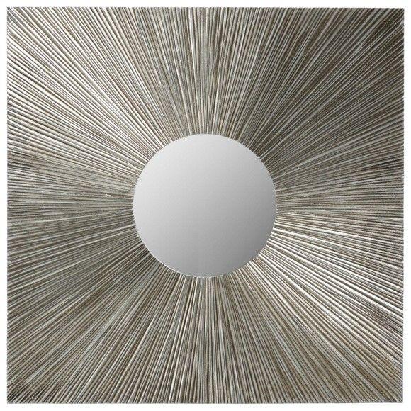 Dieser Dekospiegel schmückt Ihre Wand. Der quadratische Rahmen besticht durch seine handgefertigte Bemalung: Filigrane Linien lenken den Blick auf den runden Spiegel in der Bildmitte. Durch die spannungsvollen Linien erinnert der Spiegel an einen Himmelskörper.