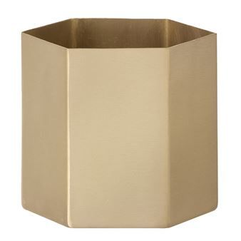 The fabulous Hexagon pot from Ferm Living is made of solid brass with a mat polish and has a modern design with its geometric shape. Put some beautiful flowers or plants in the pot or use it as a stylish interior detail just as it is. Combine the pot with other fine details from Ferm Living. Choose between different sizes.