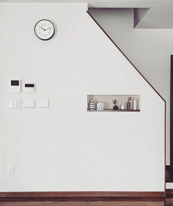 #マイホーム記録 * ようやく壁に穴を開けました。。いや、壁掛け時計を設置しました。。 * 以前postしてからなかなか位置が決められず。。 * スイッチ類がゴチャついてるのは気になるが、やっぱあるといいな掛け時計 * * #マイホーム記録 #マイホーム #インテリア #リビング #リビング階段 #掛け時計 #時計 #時計台の時計 #レムノス #lemnos #シンプル #シンプルインテリア #モダン #モダンインテリア #ニッチ #飾り棚 #花器 #ケーラー #オマジオ #アーバニア #北欧雑貨 #北欧インテリア #和田麻美子 #myhome #simple #simpleinterior #modern #interior #wallclock