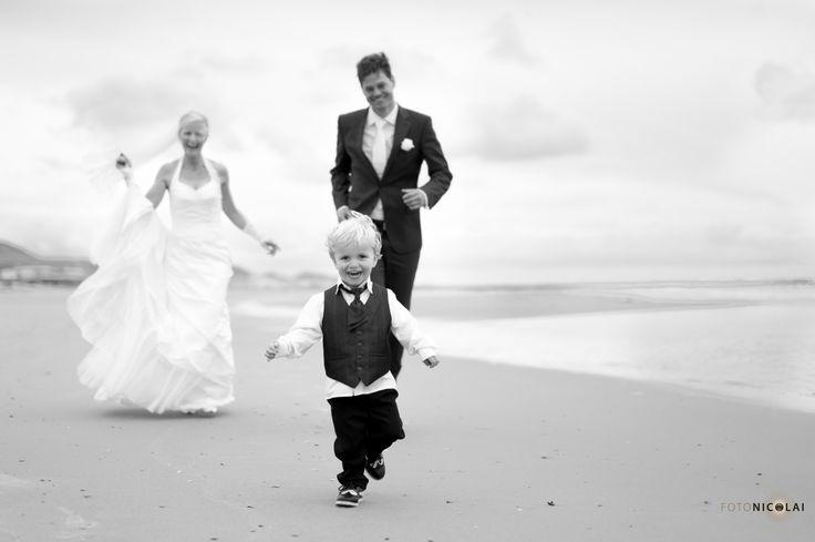 Trouwen op het strand. Kinderen en de fotoshoot.