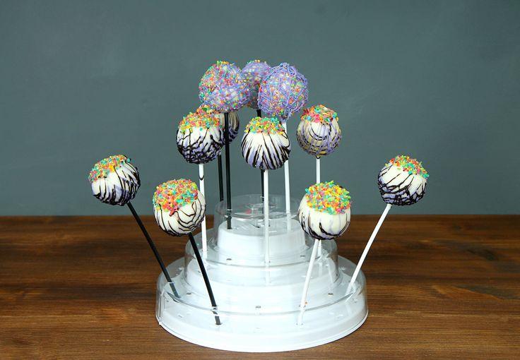 #Кейкпопс - одно из самых интересных и необычных изобретений кондитеров. Вкуснейшая бисквитная начинка, шоколадная глазурь и яркое украшение. Этот десерт несомненно заинтересует не только детей, но и взрослых! К тому же #кейкпопсы прекрасно подойдут в качестве украшения сладкого стола. По отзывам наших друзей, детишки всех возрастов очень любят данное лакомство :)  Заказать красочные #кейкпопсы можно всего за 100₽/шт. при заказе от 6 штук либо 120₽/шт. при заказе от 1 до 5 шт. При заказе…