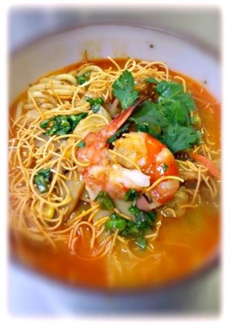 ccpのAmerican Women's Bazerとサルセドの土曜市に出ていたイケメンのお兄さんと彼の妹さんと彼女がやっていたラクサ風の麺が懐かしく、日本で手に入る材料で再現してみました。ラクサ?と聞いたのですが、いやフィリピン料理との事。多分、ボルネオの旧フィリピン地域の料理かと… どなたか、マニラの方、探してみて下さい。 - 21件のもぐもぐ - フィリピン(多分今はマレーシア領)風ラクサ by komein
