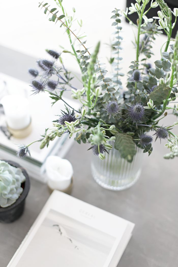 Fresh flowers with a hint of colour. (Source: Stylizimo, Photo: Nina Holst)