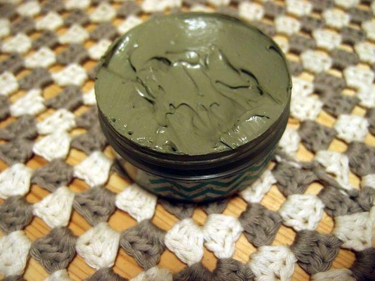 Masque purifiant - Mélanger : 93g argile verte, 68g hydrolat, 3,7ml HV macadamia, 1ml HE lavande, 1ml HE tea tree, 0,5ml propolis, 1ml corgard. Laisser poser 5, 10 min puis rincer à l'eau claire.