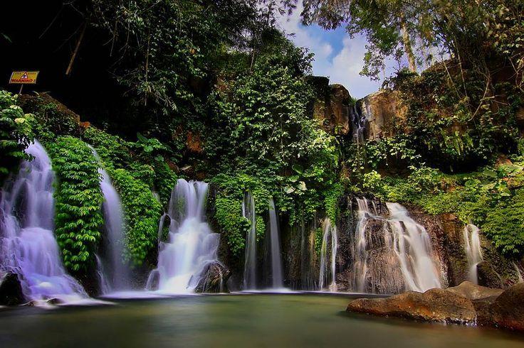 Sebuah air terjun eksotis yang menghadirkan panorama keindahan alam luar biasa, guyuran airnya yang berpadu dengan keheningan alam yang masih perawan, mampu menentramkan hati penikmatnya.[Photo by instagram.com/rizaldby]