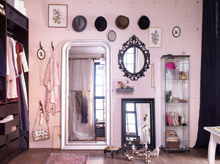 Inred med dina favoritplagg, skor och smycken! Dagens outfit provas ut framför SONGE, HEMNES och UNG DRILL speglar. DETOLF vitrinskåp förvarar favoritaccessoarerna.