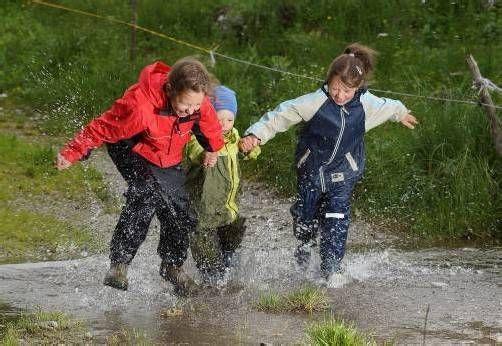 Jetzt heißt es für Kinder, die wetterfeste Kleidung auszupacken. Aber Hüpfen durch Wasserpfützen macht auch Spaß. Foto: L. Berchtold