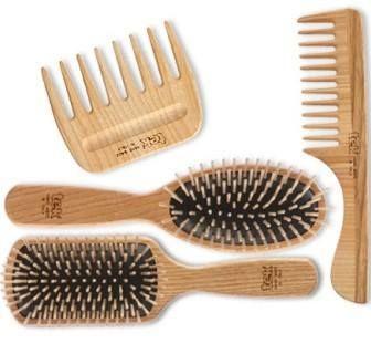 Los cepillos Tek son ideales para la salud y la belleza del cabello. La madera es bella y natural. Las púas de los cepillos están pulidas al torno gracias al cuidado trabajo de nuestros artesanos, resultando totalmente lisas: no estiran el cabello. Ideales para cabello tratado y son hipalérgicos por lo que no producen irritación en las pieles más sensibles. www.tekitaly.es