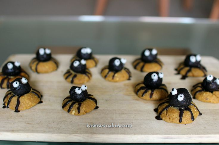 Raw vegan spider cookies for Halloween