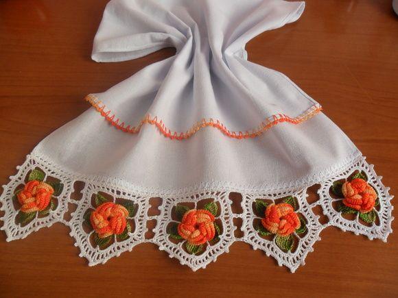Pano de prato em tecido 100% algodão com barrado em crochê. R$ 28,00