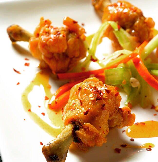 Tavuk kanatlarını, kırmızı ve yeşil biberlerle pişirdikten sonra SUREE Sweet Chili sosuna bulayıp üzerlerine LAS COLMENILLLAS Tütsülenmiş Tatlı Kırmızı Toz Biber serperek doyumsuz lezzeti yakalayabilirsiniz. Afiyet olsun. Tüm bu ürünleri www.nefisgurme.com'u ziyaret ederek sipariş verebilirsiniz. #nefisgurme #nefis #nefistarifler #leziz #lezzet #lezizsunumlar #gurme #gurmelezzetler #ayvaz #ayvazsef #ayvazakbacak #bimutfakikisef #ozlemmekik #ozlemmekiklezzetleri…