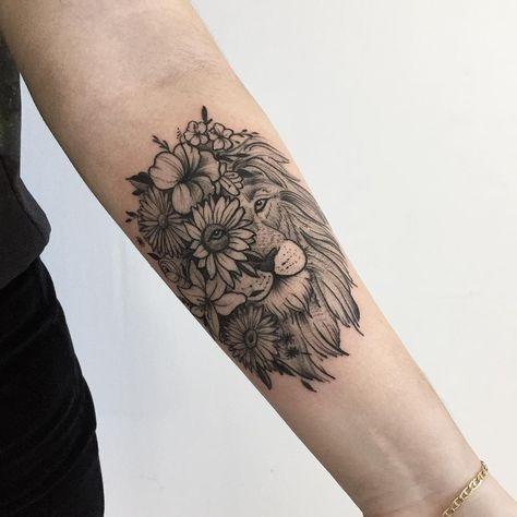 Tatuagem criada por Rodrigo Muinhos de Fortaleza. Leão com metade do rosto de rosas, feito em blackwork.
