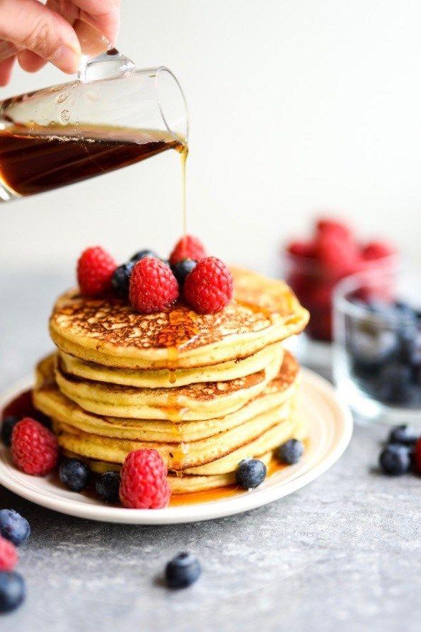 Sjekk hvordan du lager amerikanske pannekaker og  hva som smaker ekstra godt til. Små, tykke og uimotståelig gode! Oppskrift på amerikanske pannekaker.