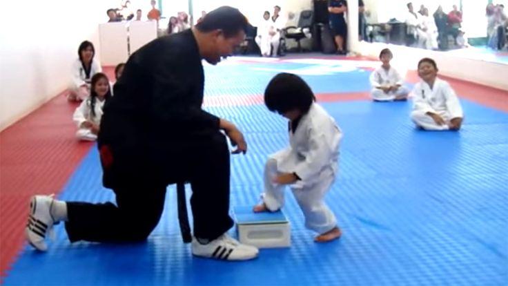 un petit garçon essaie de casser une planche en Taekwondo video  2Tout2Rien